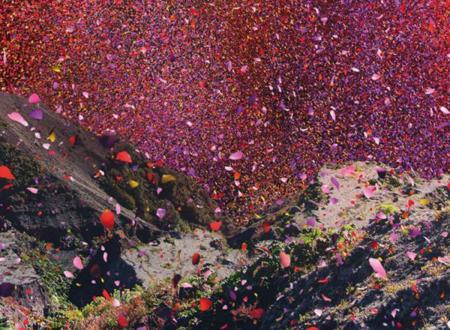 volcán en Costa Rica que expulsa pétalos de rosa