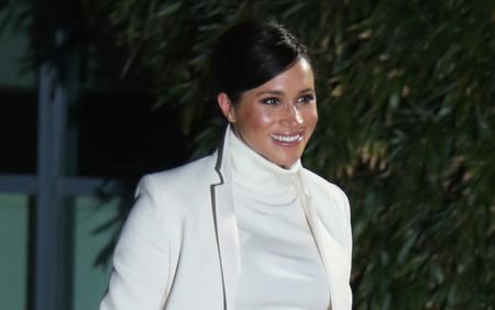 """Una embarazadísima Meghan Markle nos encanta con su """"look total white"""" a lo Audrey Hepburn"""