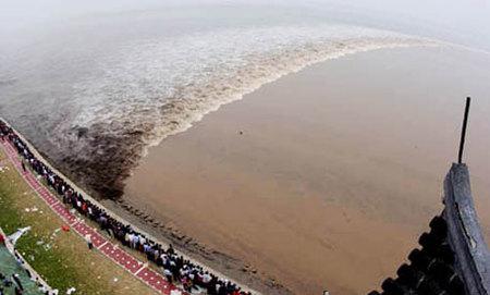 La ola gigante del río Qiantang en China