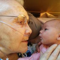 El precioso instante en el que una mujer de 92 años conoce a su bisnieta de solo 2 días
