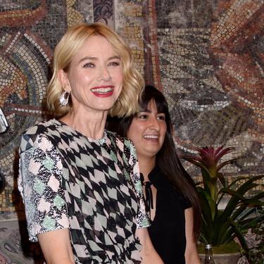 Nos hemos enamorado del vestido de rombos multicolores de Naomi Watts y lo vemos perfecto para cualquier celebración