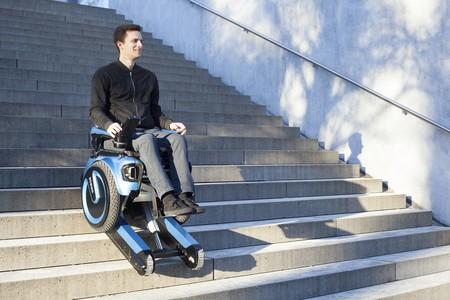 La silla de ruedas del siglo XXI se mueve como un Segway y sube escaleras sin asistencia