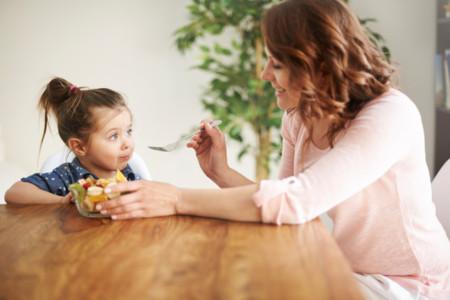 Ni limitar la comida ni obligar a comer ayuda a los niños a cuidar su salud
