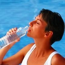 Se recomienda beber agua antes de tener sed y realizar una dieta hídrica