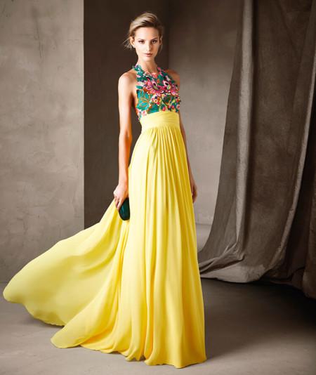 Para las bodas de día, los vestidos de son de cóctel. Modelos cortos,  también de escotes variados, combinados con estilosos tocados para lograr  un look
