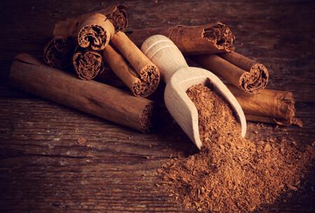 Todo sobre la canela, una especia que va más allá del postre: qué es, cómo utilizarla, qué propiedades tiene y 16 recetas para disfrutar de ella