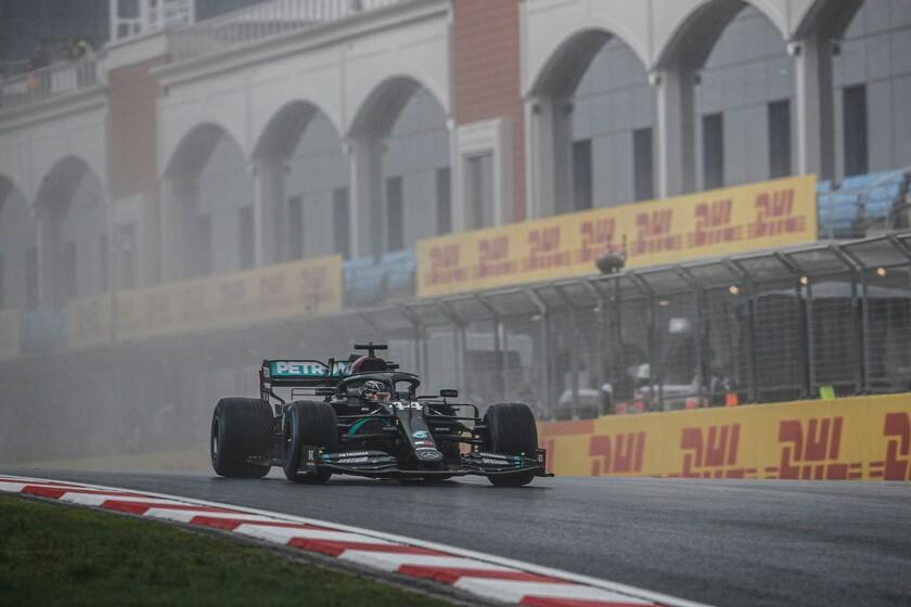 Lewis Hamilton lidera la lección de los veteranos bajo la lluvia en Turquía para sentenciar su séptimo mundial