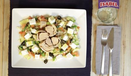 Ensalada griega de queso feta y atún Isabel [videoreceta]