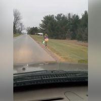 Un padre castiga a su hija a ir caminando bajo la lluvia al colegio por hacer bullying y lo publica en redes