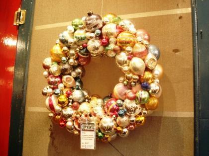 Arbolito de Navidad con las bolas pasadas de moda