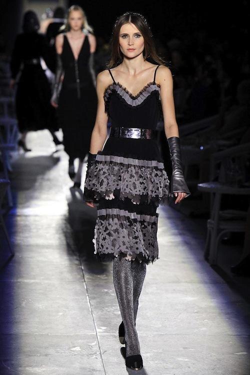 Foto de Chanel Alta Costura Otoño-Invierno 2012/2013: rosa, gris, brillos y nuevo vintage (30/61)