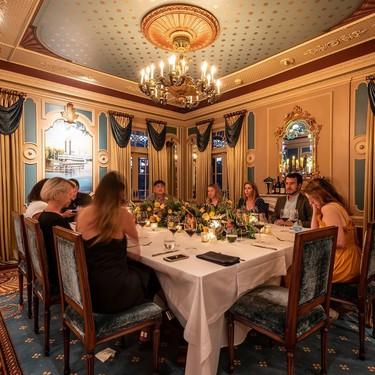 El restaurante de Disneyland que cobra 1.250 dólares el cubierto: champán, caviar y lujo en la tierra de Mickey