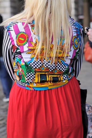 Un elogio al color en el street style de Londres por Alberto Bringas