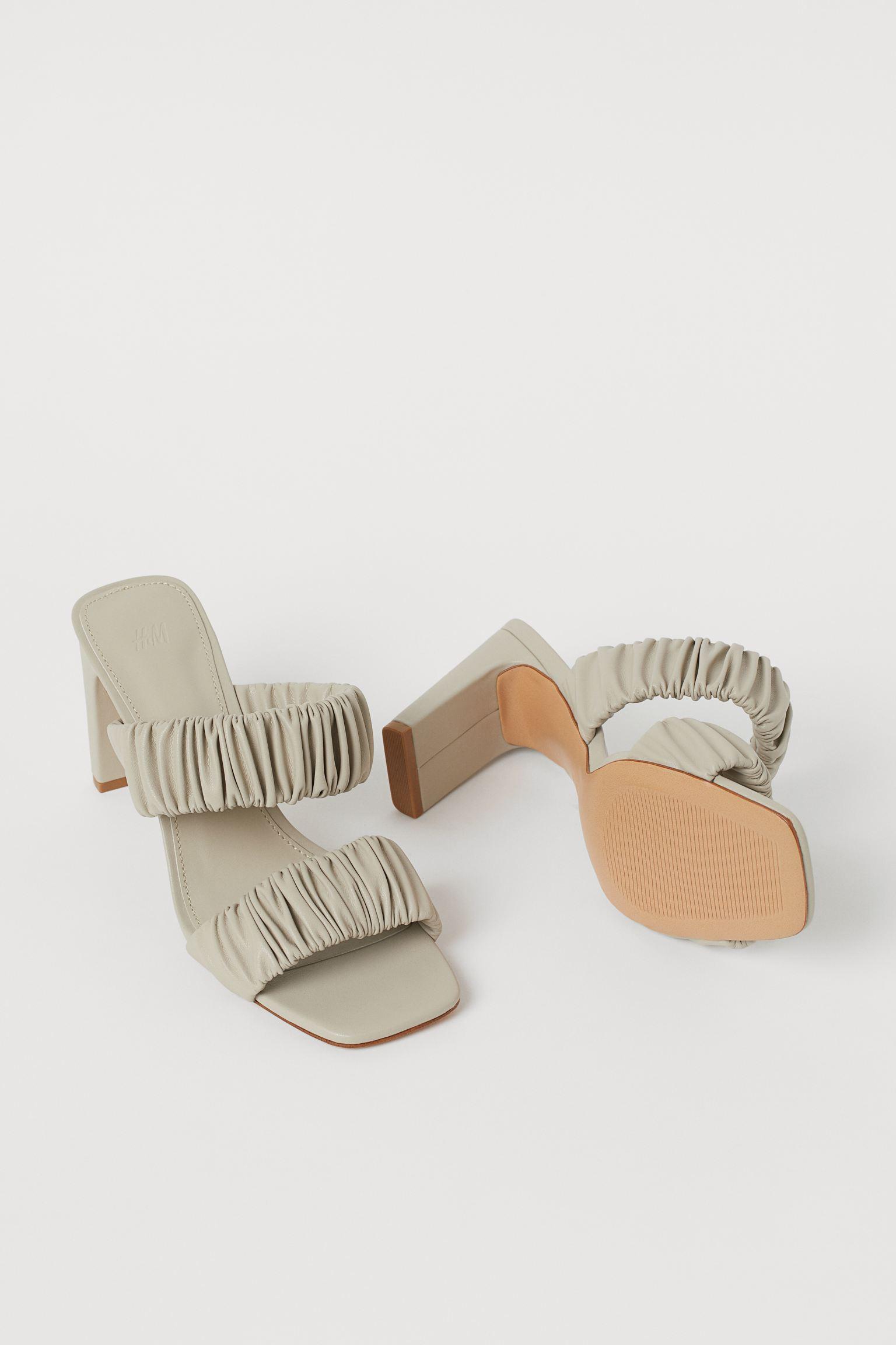 Sandalias en piel sintética con puntera cuadrada y tiras fruncidas.