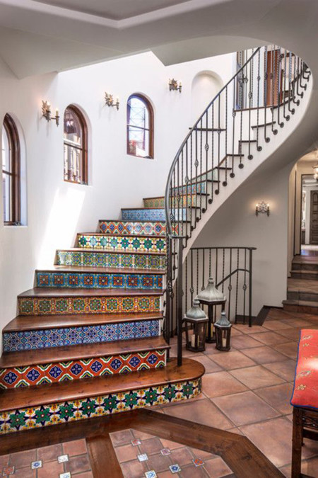 21 ideas para darle color y estilo a las escaleras de tu casa for Adornos para paredes de escaleras