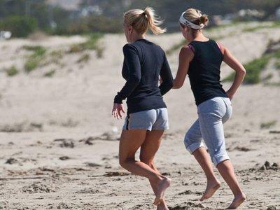 Entrenamiento media maratón: corre descalzo para blindar tus tobillos