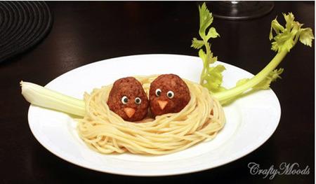 Comidas divertidas: nido de spaguetis con pajaritos de albóndigas