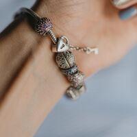 Pandora empieza sus rebajas en el Corte Inglés con hasta un 60% de descuento en pulseras, charms, anillos y más