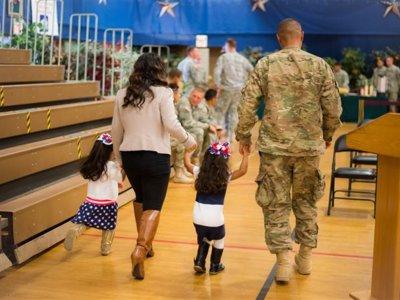 La niña que se saltó el protocolo militar para abrazar a su padre