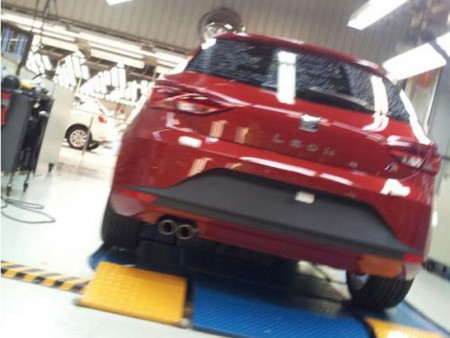 El nuevo Seat León FR enseña el culete en la red