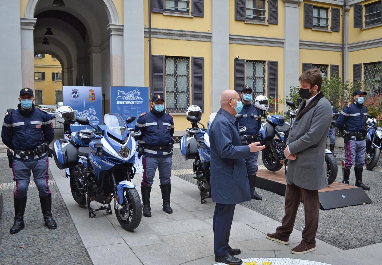 Foto de MV Agusta Turismo Veloce 800 Lusso SCS de la policía de Milán (3/20)