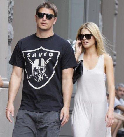 Josh Hartnett se pasea con su modelo noruega