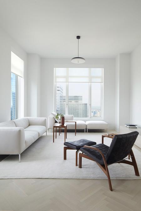 Este piso monocromático en Manhattan es el marco ideal para lucir muebles de diseño