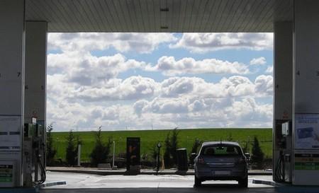 Llenar un depósito medio de gasolina cuesta 20 céntimos menos que la semana pasada