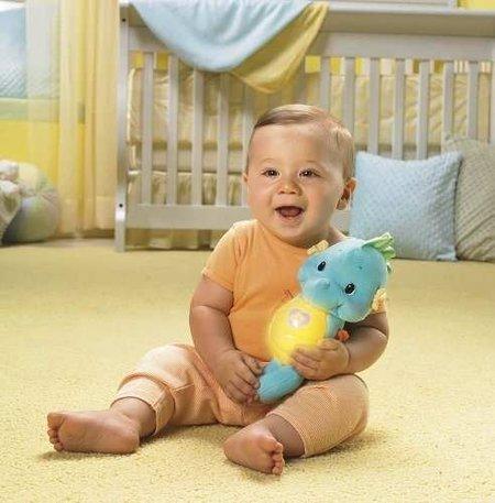 Probando, probando: el bebé y su nuevo caballito de mar ¿surcarán los mares?