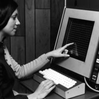Del PLATO IV al IBM Simon: la historia de las primeras pantallas táctiles y su origen en el tráfico aéreo