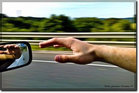 Si conduces con el brazo fuera de la ventanilla podrías tener más probabilidades de contraer cáncer