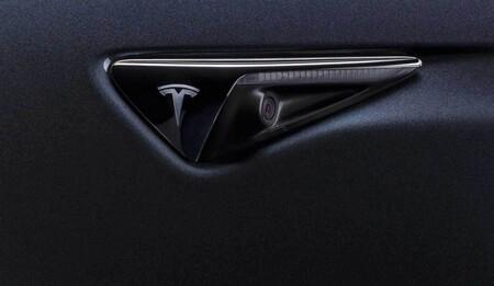 Un sujeto disparaba aleatoriamente contra autos, hasta que las cámaras de un Tesla revelaron de quién se trataba