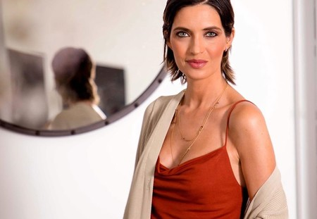Sara Carbonero nos deja el mejor look de entretiempo y la culpa la tiene este vestido largo (ahora rebajado)