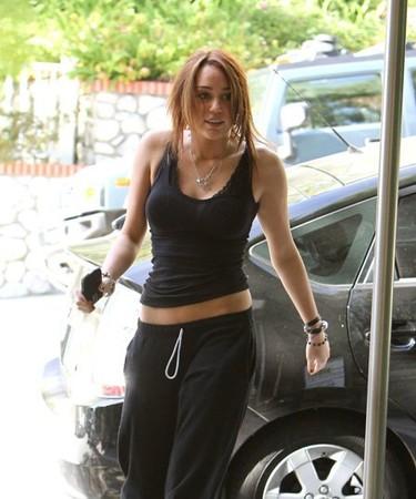 ¿Cómo es posible que le crezcan tanto los pechos a Miley Cyrus?