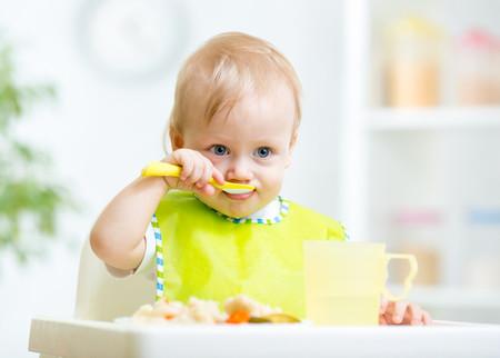 bebé de diez meses comiendo