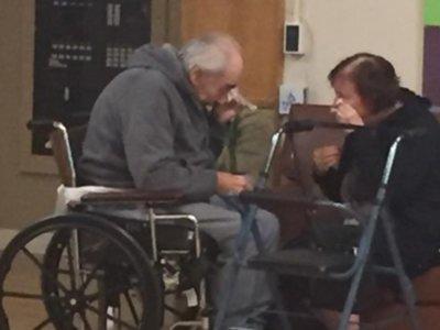 Una pareja de ancianos separados en diferentes residencias protagoniza la foto más triste de las redes sociales