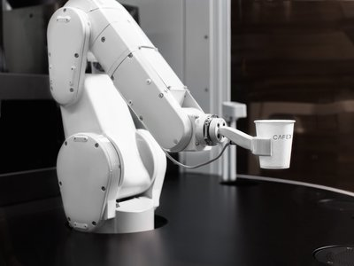 Los robots llegan a las cafeterías, y éste es capaz de servir hasta 120 tazas cada hora sin descanso