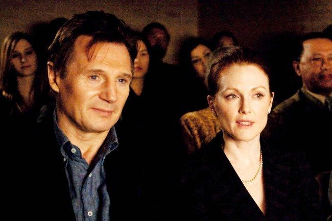 Liam Neeson y Julianne Moore en una escena de Chloe