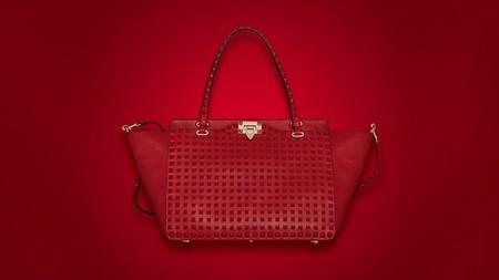 Valentino apuesta todo al rojo y con tachuelas para su nueva colección de complementos