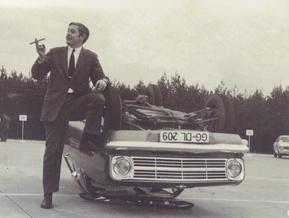 Bob Lutz con el Opel Kadett volcado