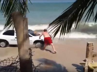 En Brasil, si te metes con el coche en la playa viene este señor del vídeo y te tira encima la madre de todas las piedras