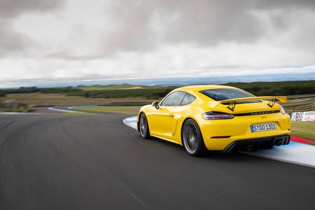 Porsche 718 Cayman GT4 trasera lateral en circuito