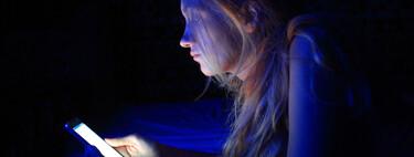 'Vamping' entre los adolescentes: consejos expertos para evitar que pierdan horas de sueño por su dependencia del móvil