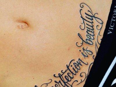Tatuajes sobre la cicatriz de la cesárea: 17 ideas por si lo estás considerando