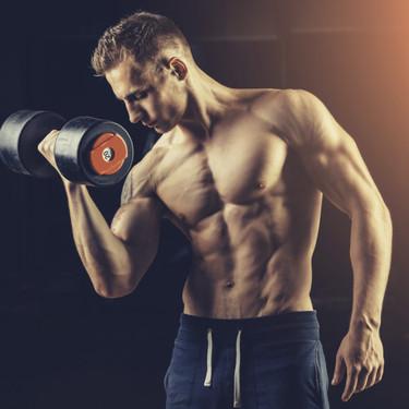 Una rutina de entrenamiento en casa con ejercicios para trabajar brazos, espalda, hombros y pecho