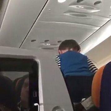 Graban a un niño que grita y corre convirtiendo un vuelo de ocho horas en una pesadilla, pero la culpa no es del niño