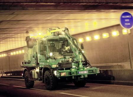 Vehículos industriales bizarros: el Mercedes Unimog limpiador de túneles
