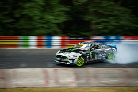 ¡Más humo! Esta es la versión extendida de Vaughn Gittin Jr y su Mustang haciendo drifting en Nürburgring