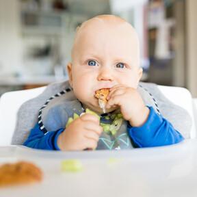 Cuándo y cómo aprende el bebé a comer solo