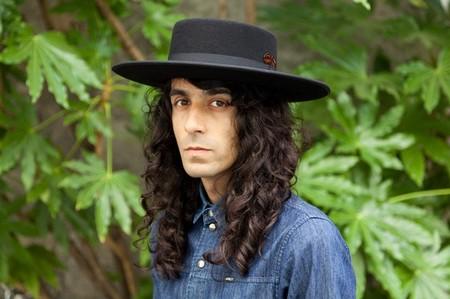 April 77 se rinde ante los encantos de los sombreros de Antonio García